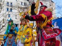 De kinesiska aktörerna i traditionell dräkt på det kinesiska mån- nya året ståtar i Paris, Frankrike Fotografering för Bildbyråer