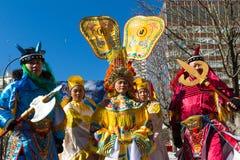 De kinesiska aktörerna i traditionell dräkt på det kinesiska mån- nya året ståtar i Paris, Frankrike Royaltyfri Fotografi