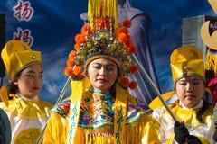 De kinesiska aktörerna i traditionell dräkt på det kinesiska mån- nya året ståtar i Paris, Frankrike Royaltyfri Foto