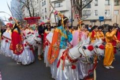 De kinesiska aktörerna i traditionell dräkt på det kinesiska mån- nya året ståtar i Paris, Frankrike Arkivbilder
