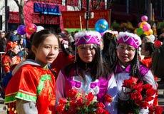 De kinesiska aktörerna i traditionell dräkt på det kinesiska mån- nya året ståtar i Paris, Frankrike Royaltyfria Foton
