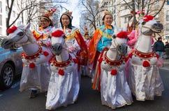 De kinesiska aktörerna i traditionell dräkt på det kinesiska mån- nya året ståtar i Paris, Frankrike Arkivbild