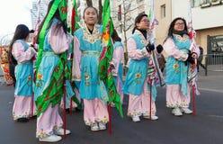De kinesiska aktörerna i traditionell dräkt på det kinesiska mån- nya året ståtar i Paris, Frankrike Royaltyfria Bilder