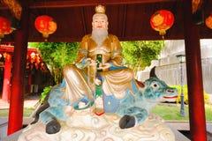 De kinesiska gudskulpturerna som visas i kinesisk tempel arkivfoton