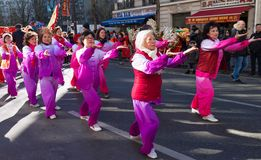 De kinesiska kvinnliga aktörerna i traditionell dräkt på det kinesiska mån- nya året ståtar i Paris, Frankrike Royaltyfri Fotografi