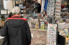 De kiosk van de nieuwsagent in Rome Stock Foto's