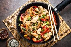 De kip beweegt gebraden gerecht met groenten Stock Afbeeldingen