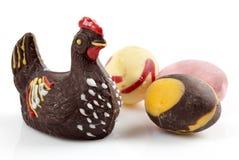 De kip en de eieren van de chocolade. Stock Afbeelding