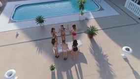 De kip-partij, vrolijke meisjes in badpakken danst en drinkt alcohol dichtbij pool bij Dure vakantie in de zomer stock videobeelden