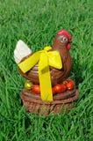 De kip van chocoladepasen met eieren Royalty-vrije Stock Foto's