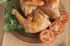 De kip van het braadstuk met gesneden tomaten en kruiden Stock Fotografie