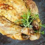 De kip van het braadstuk met kruiden Stock Afbeeldingen