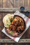 De kip van Tandoori Helft van tandoorikip met kalkplakken en koriander die wordt de gediend Hoogste mening, lege ruimte royalty-vrije stock foto