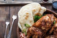 De kip van Tandoori Helft van tandoorikip met kalkplakken en koriander die wordt de gediend Hoogste mening, lege ruimte stock foto