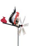 De kip-vormige windwijzer over de bovenkant van a pointy-roofed huisag royalty-vrije stock foto's