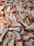 De kippenkalveren zijn bevroren in het koelkabinet in de markt, supermarkten stock fotografie