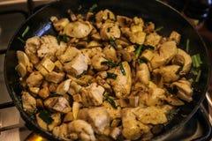 De kippenstukken in de pan Stock Foto's