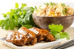 De kippenvleugels van Szechuan met gebraden rijst Royalty-vrije Stock Afbeelding