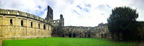 De Kirkstallabdij ruïneerde Cisterciënzer klooster in Kirkstall, noordwesten van de stadscentrum van Leeds in West-Yorkshire stock afbeeldingen