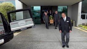 De kist draagt in of uit kapel tijdens de begrafenisdienst stock video