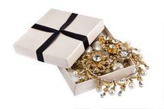 De kist met Juwelen izolated op wit Stock Afbeeldingen