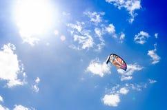 De kitesurfclose-up over op de heldere blauwe hemel Stock Afbeeldingen