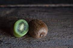 De kiwi ligt op een houten lijst stock afbeeldingen