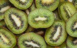 De kiwi sneed groene achtergrond Veel groene tropische vruchten Snijd de kiwi in stukken royalty-vrije stock foto's