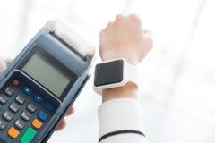 De klant betaalt door slim horloge stock afbeelding