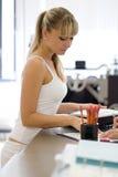 De klant bij een bureau richt met een vinger op een vorm Stock Foto