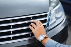 De klant controleert alles alvorens een nieuwe auto te kopen royalty-vrije stock foto