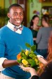 De Klant die van de bloemwinkel Boeket ontvangen stock afbeeldingen