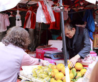 De klant koopt fruit Stock Foto