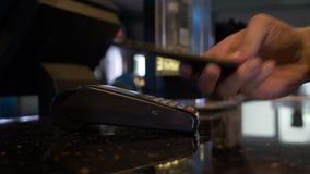 De klant krijgt fout terwijl het betalen met zijn mobiele telefoon op pos module stock videobeelden