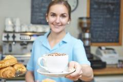 De Klant van serveersterin cafe serving met Koffie Stock Fotografie