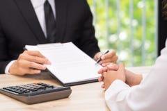De klant of de vrouw neemt een besluit om een contract te ondertekenen wanneer busine Stock Afbeeldingen