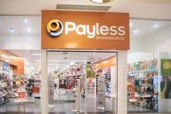 De klanten bezoeken het schoeiselopslag van Payless Shoesource royalty-vrije stock afbeeldingen