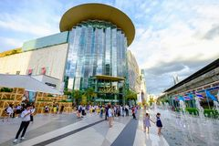 De klanten bezoeken Siam Paragon-wandelgalerij in Siam Square-wandelgalerij in Bangk Royalty-vrije Stock Foto