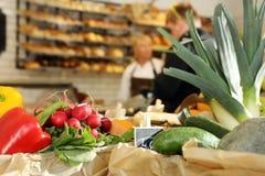 De klanten bij de kruidenierswinkel slaan op royalty-vrije stock foto