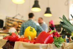 De klanten bij de kruidenierswinkel slaan op stock foto