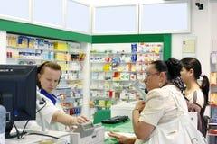 De klanten binnen een apotheek winkelen