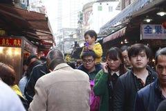 De klanten kopen voedsel van de lentefestival Royalty-vrije Stock Foto's
