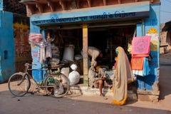 De klanten kwamen aan de kleine Indische kruidenierswinkelopslag bij ochtend Stock Fotografie