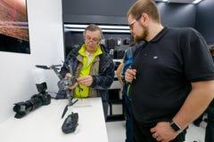 De klanten letten op quadrocopters bij het openen van DJI-Opslag royalty-vrije stock afbeeldingen