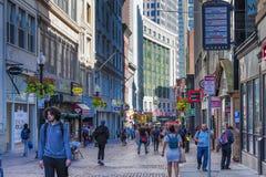 De klanten lopen de open wandelgalerij in Boston van de binnenstad Stock Afbeeldingen