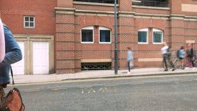 de klanten van 4K timelapse in de stad die van Leeds onderaan een highstreet tijdens daglicht lopen stock videobeelden