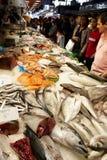 De klanten van vissen bij de markt. Stock Afbeeldingen