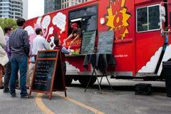 De klanten wachten in Lijn om tot Maaltijd van Voedselvrachtwagen opdracht te geven Stock Foto