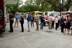 De klanten wachten in Lijn om tot Maaltijd van Voedselvrachtwagens opdracht te geven Royalty-vrije Stock Fotografie
