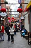 De klanten wandelen rond stegen van Tianzifang-markt Shanghai China royalty-vrije stock foto's